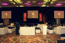 Pantallas 4x3 m. colgadas en altura contelonado negro de fondo - Evento interno - Tarjeta Naranja